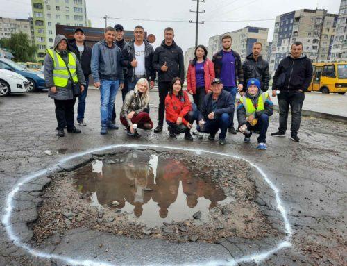 «Обережно! Яма!» – у Львові позначили найбільші вибоїни на дорогах